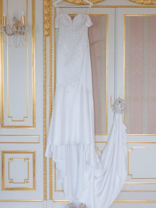 Robe suspendue au mur à la Villa Ephrussi de Rothschild