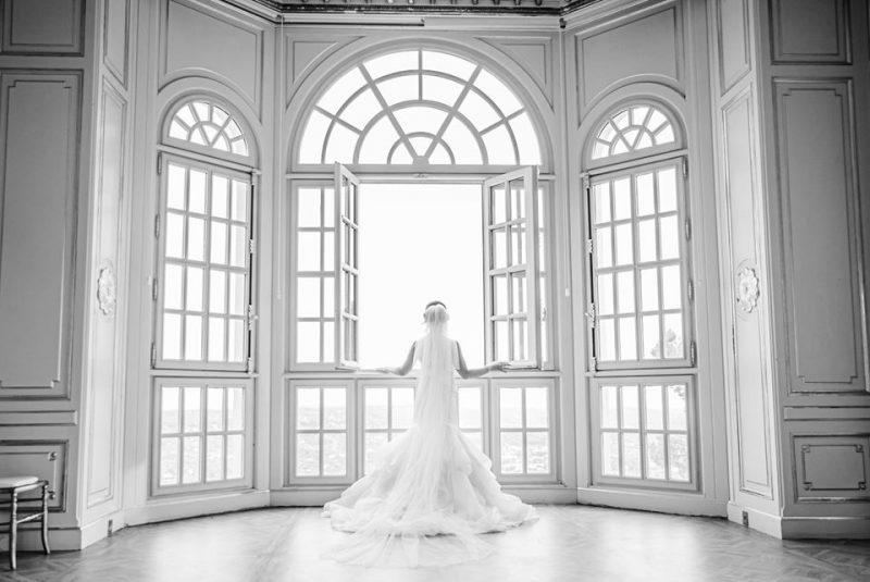 Mariée devant le fenêtre du chateau